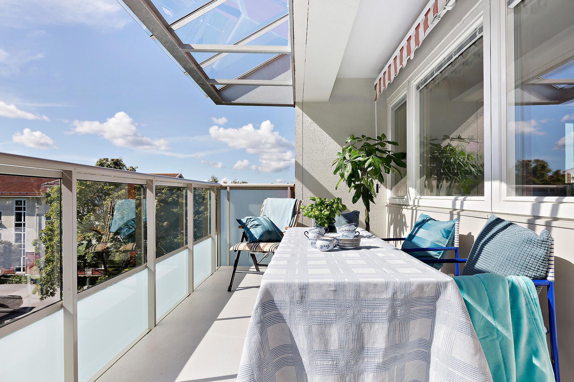 Stor balkong med fritt och soligt läge.