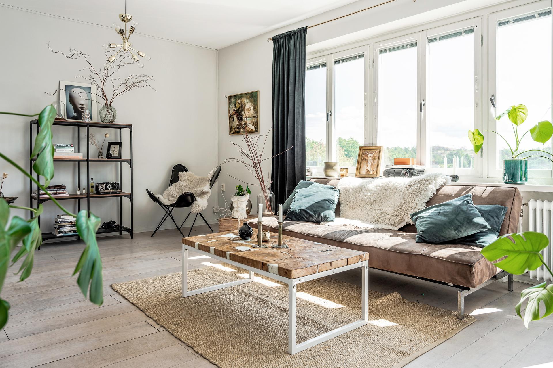 Öppet och ljust med vackra golv och fönster