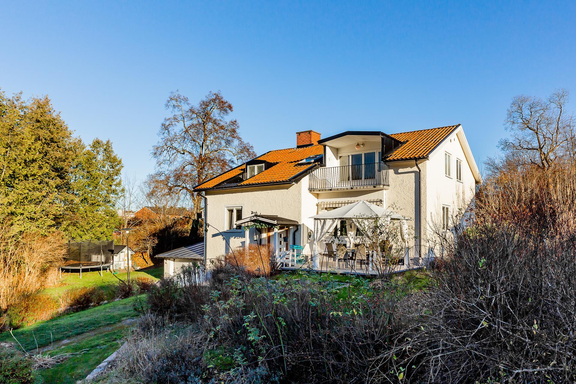 Arkitektritad villa med riktigt fint läge vid vändplan