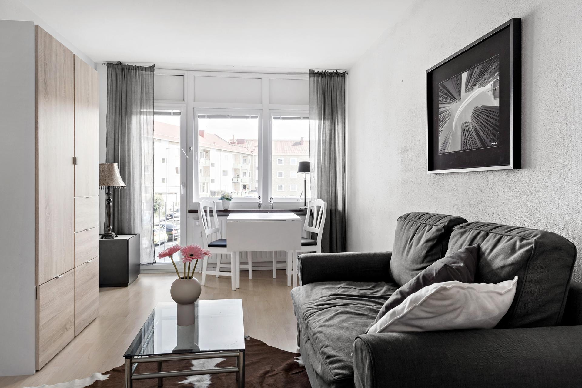 Allrum med fransk balkong och plats för mindre matbord