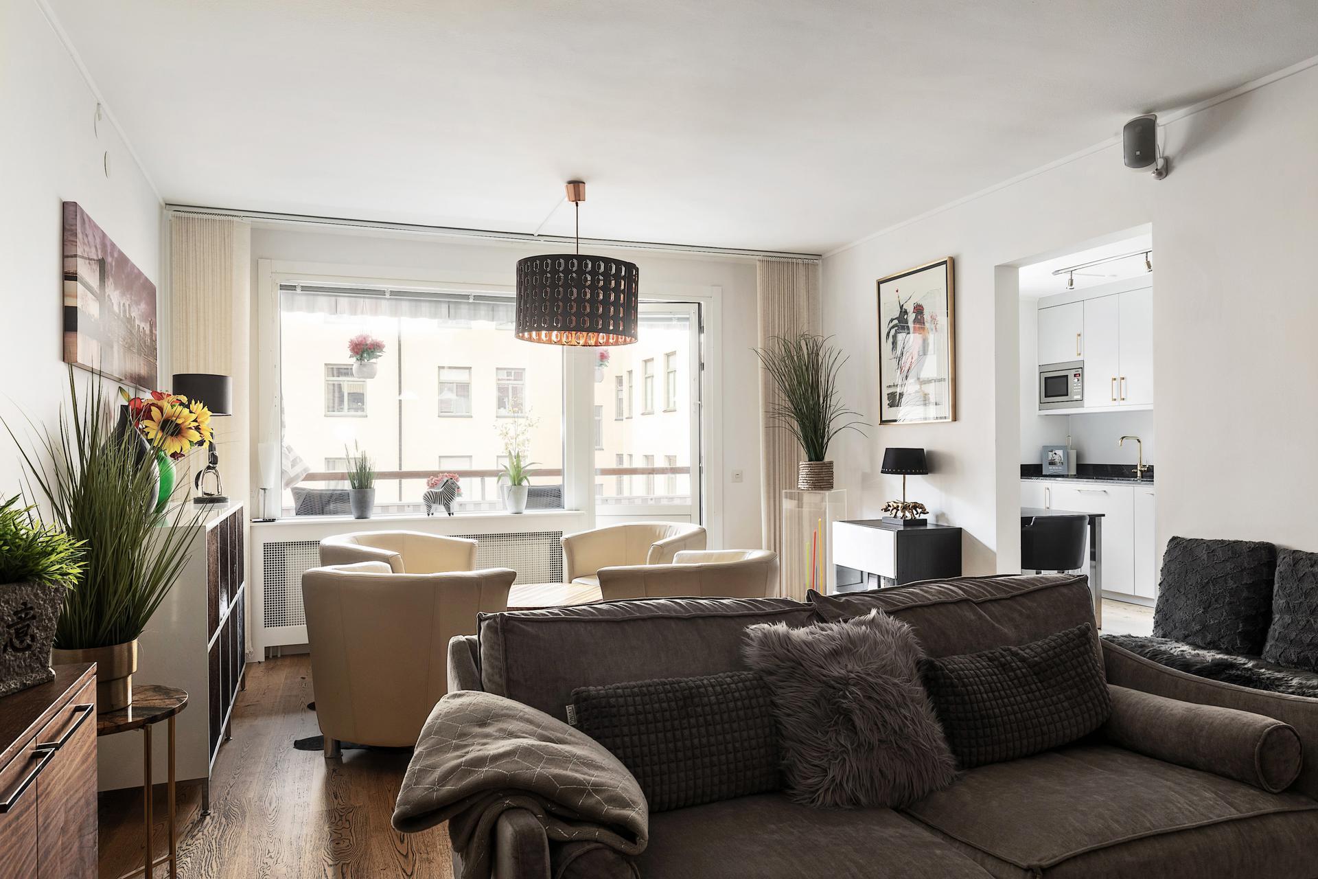 Luftigt och ljust vardagsrum intill både kök och balkong