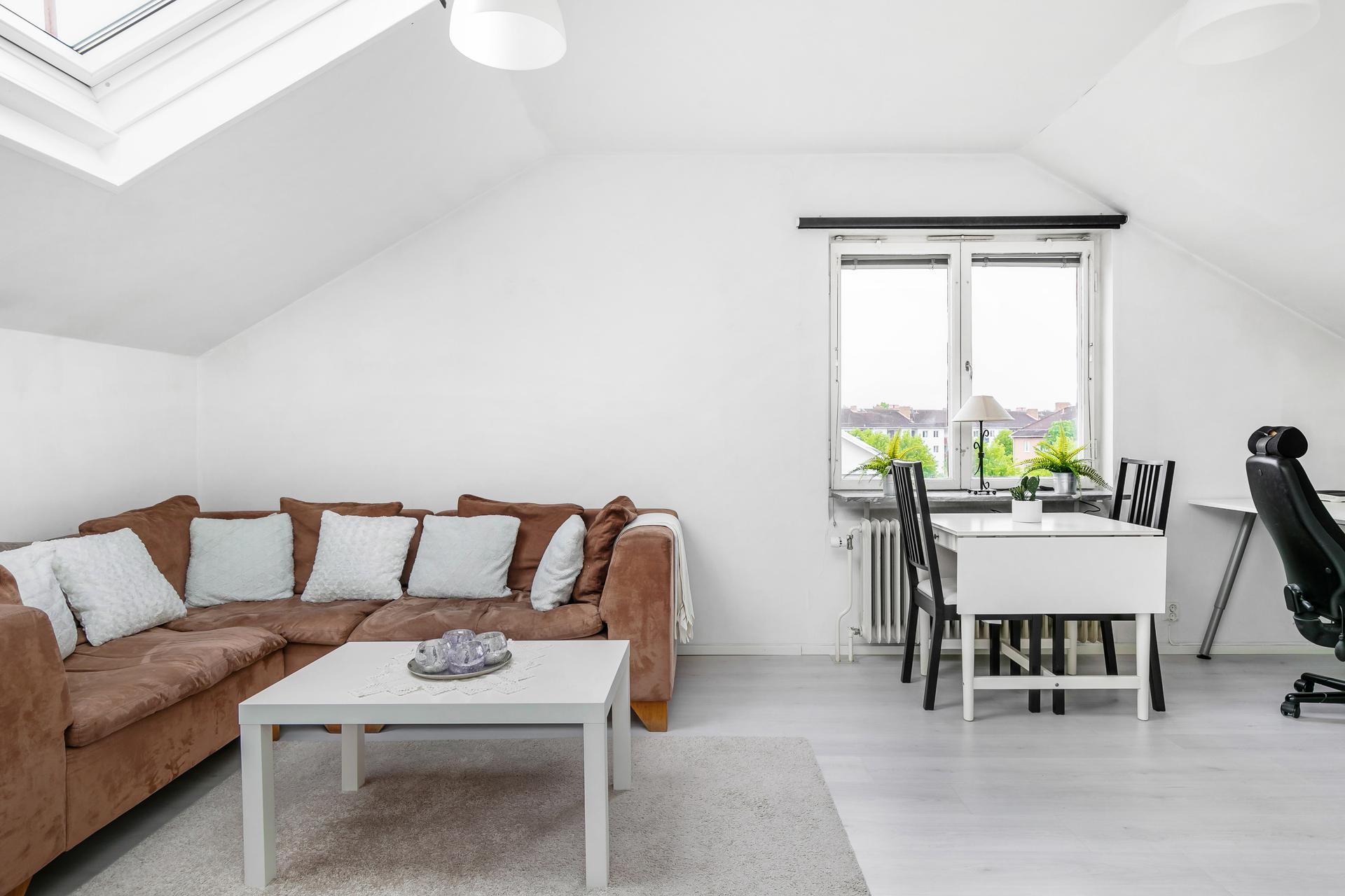 Ljust vardagsrum med utsikt över takåsarna!