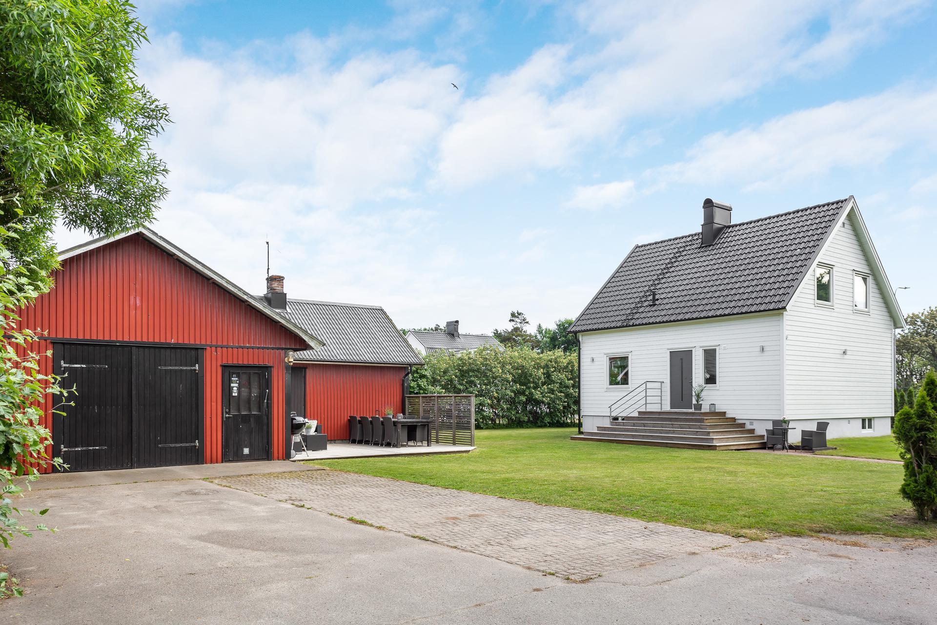 Asfalterad uppfart - garage - entrésida på huset