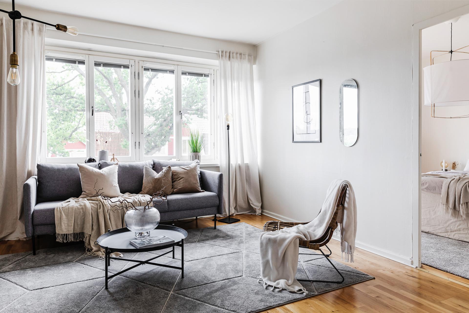 Rymligt vardagsrum med bra ljusinsläpp