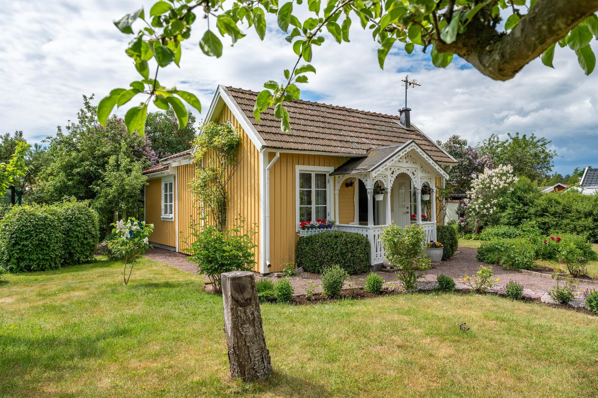 35 kvm hus med egen säng & toa på tomten