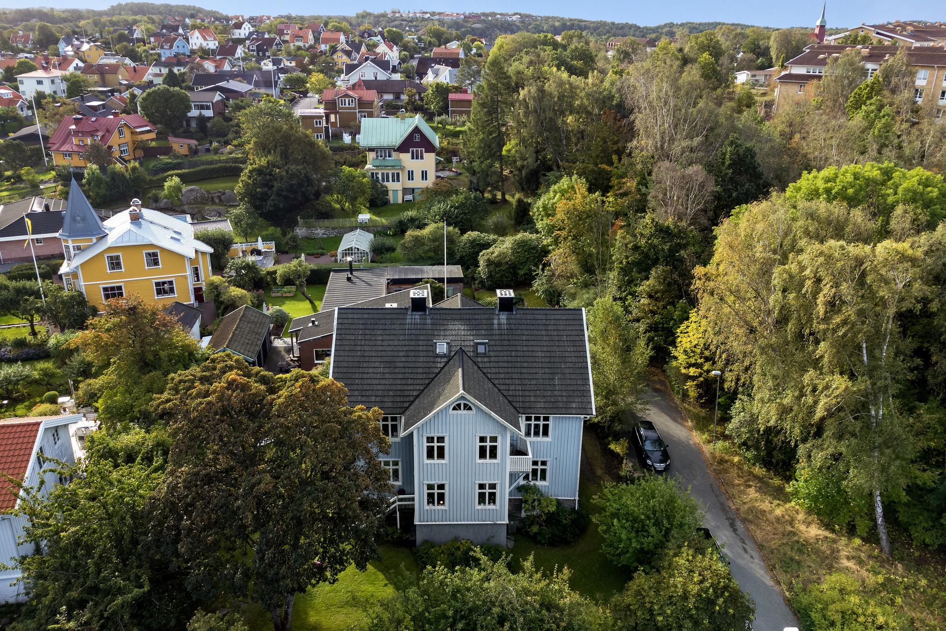 Stor 2-familjsvilla med lugnt idylliskt läge.