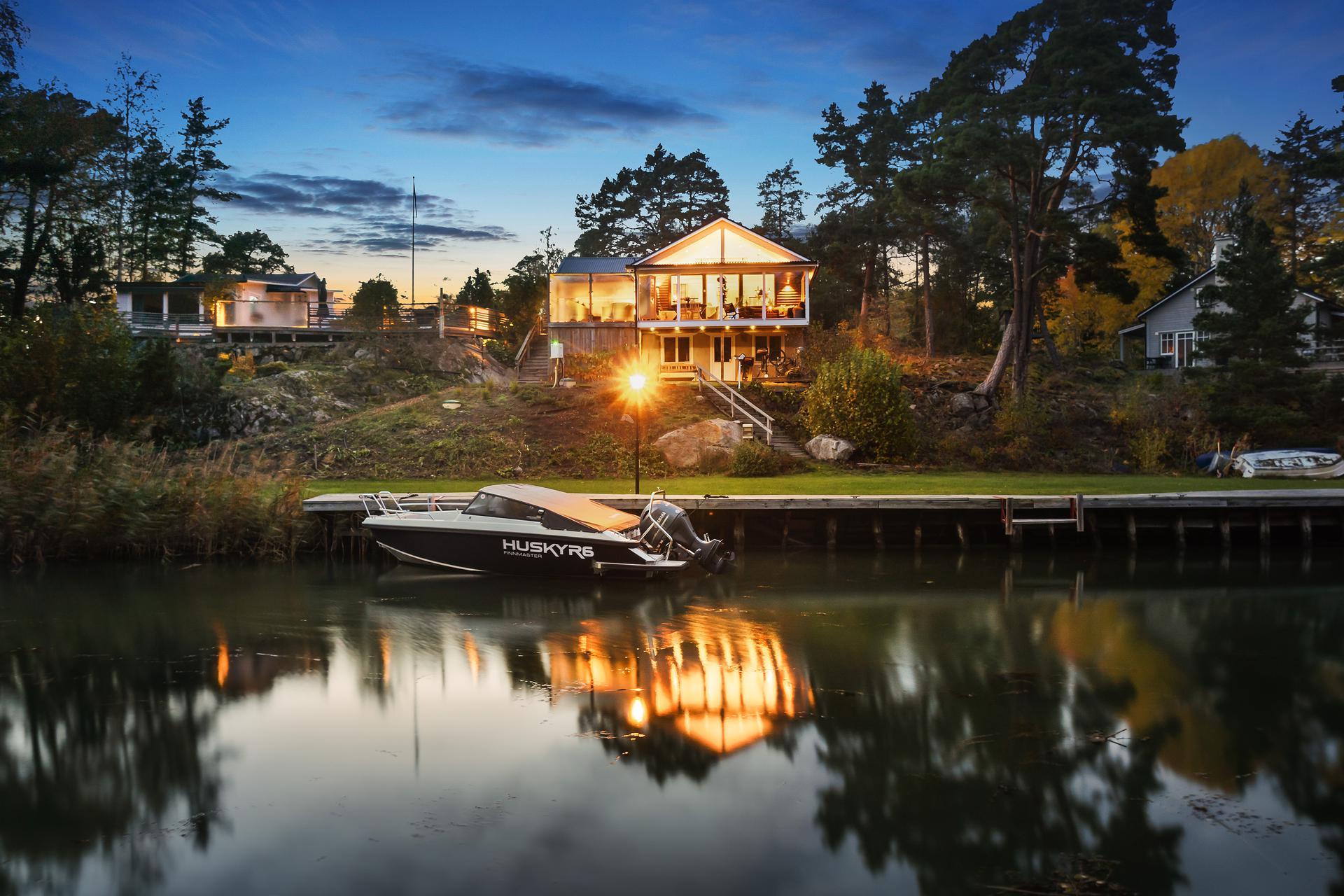 Den skyddade båtkajen med bostadshuset och gästhuset i bakgrunden